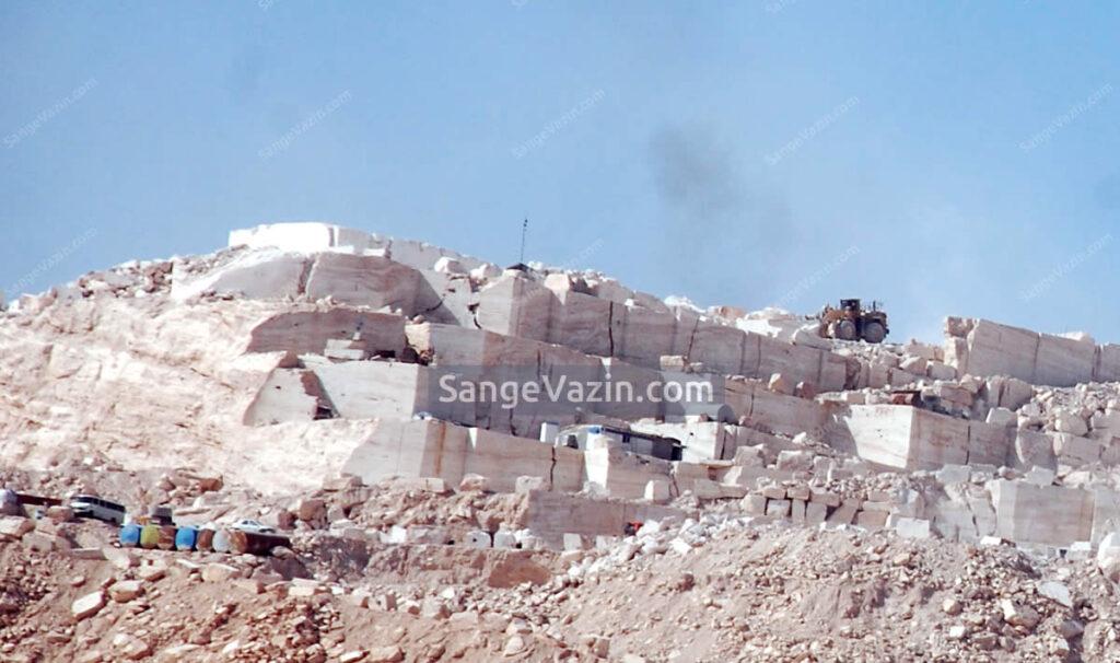 لودر در معدن تراورتن عباس آباد
