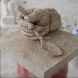 مجسمه سنگی دست و قاشق