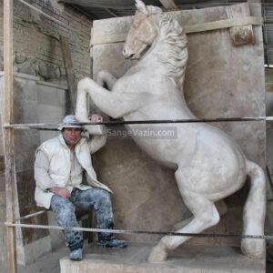 مجسمه ساز آلبرت با اسب سنگی