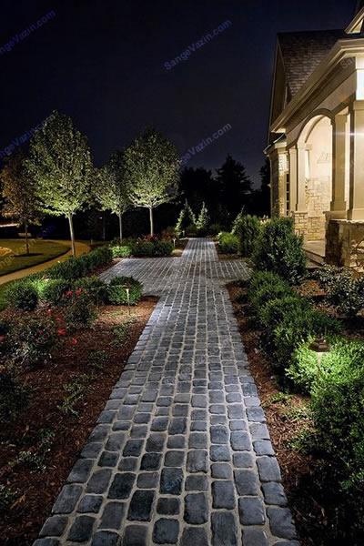 سنگ کوبیک در باغ