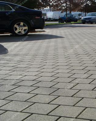 سنگ کوبیک در پارکینگ