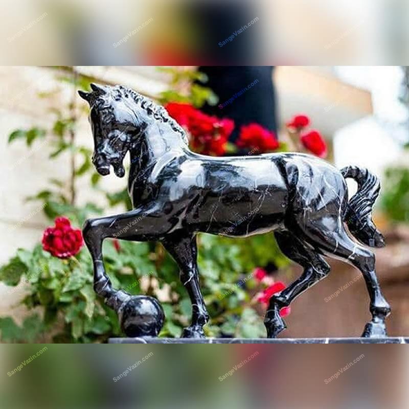 تندیس اسب سیاه