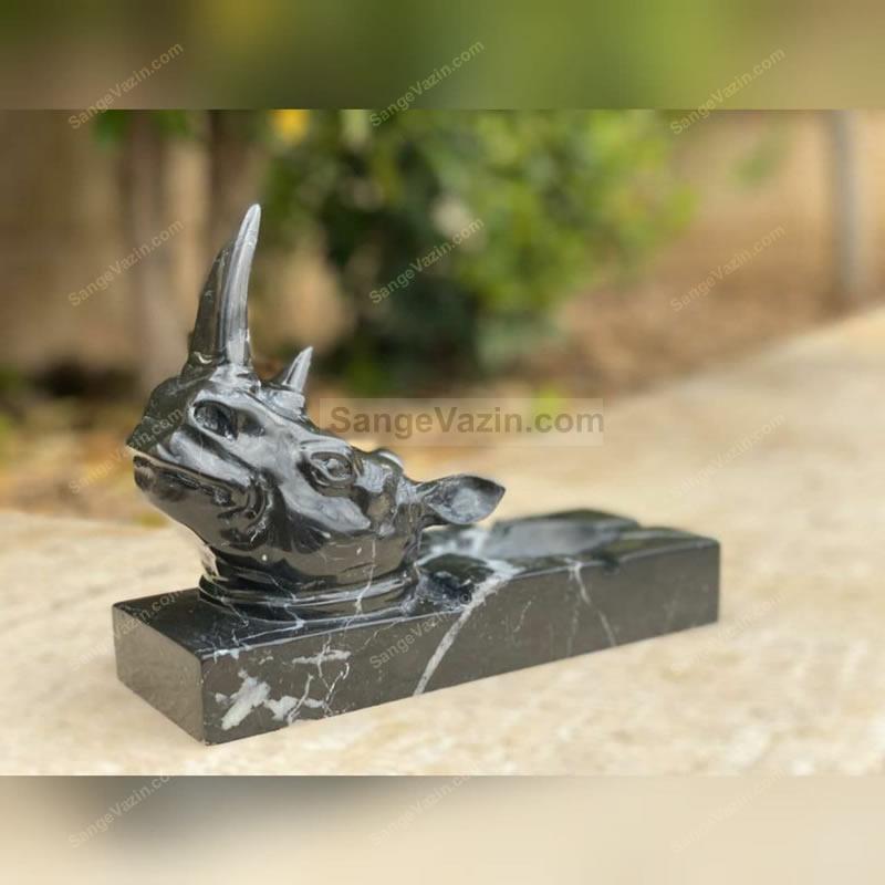 مجسمه سنگی کرگدن